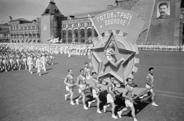 Депутаты Законодательного собрания сдавали нормы ГТО под советские песни.
