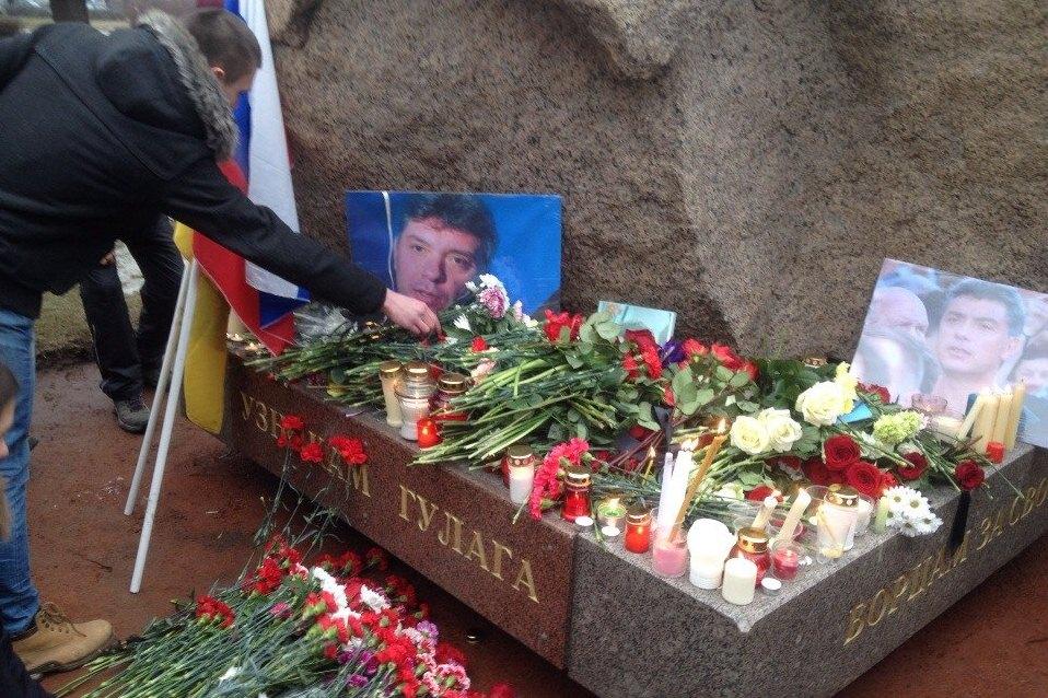 На могиле Бориса Немцова установили памятник работы петербургского скульптора